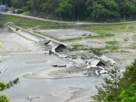 被災した明戸地区の防潮堤
