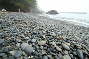 黒い碁石で敷き詰められたような碁石浜