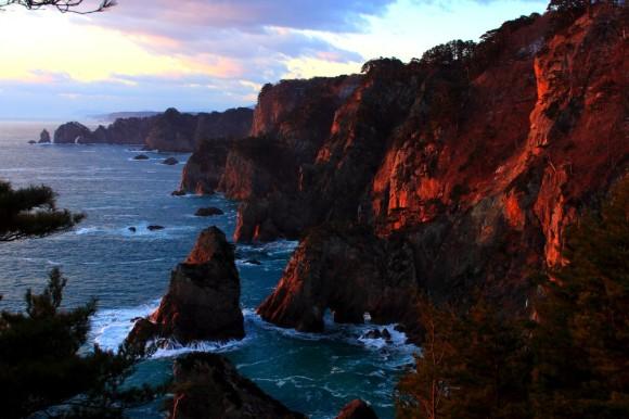 朝日を浴びて紅に染まる北山崎の断崖