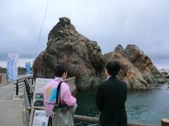 夫婦岩の説明を受ける知事