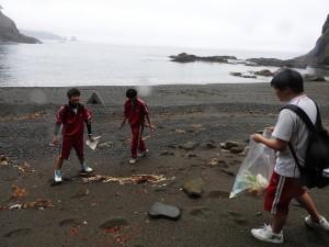 海岸のゴミ拾いも大事な得点源